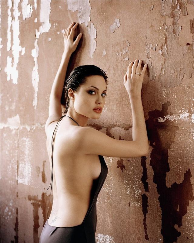 Сара джин андервуд позирует в чёрных чулочках фото